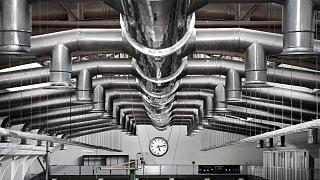 Fabrikhalle mit Uhr