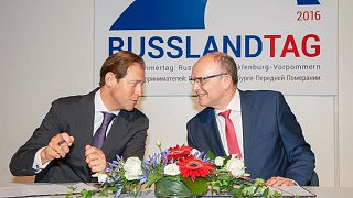 Denis Manturow (l.) und Erwing Sellering (r.) bei der Unterzeichnung der gemeinsamen Absichtserklärung beim Russlandtag 2016 in Rostock. © Thomas Häntzschel