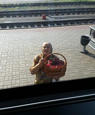 """Die """"Bashuschkas"""" verkaufen frisches Gebäck und Obst."""