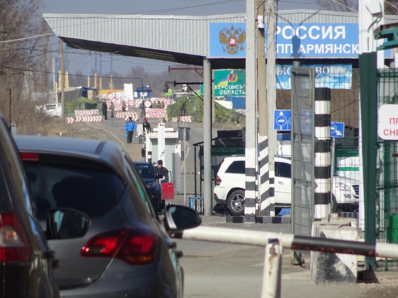 Die seit 3 Jahren bestehende neue Grenze zwischen der russischen Krim (Vordergrund) und der Ukraine (Hintergrund).