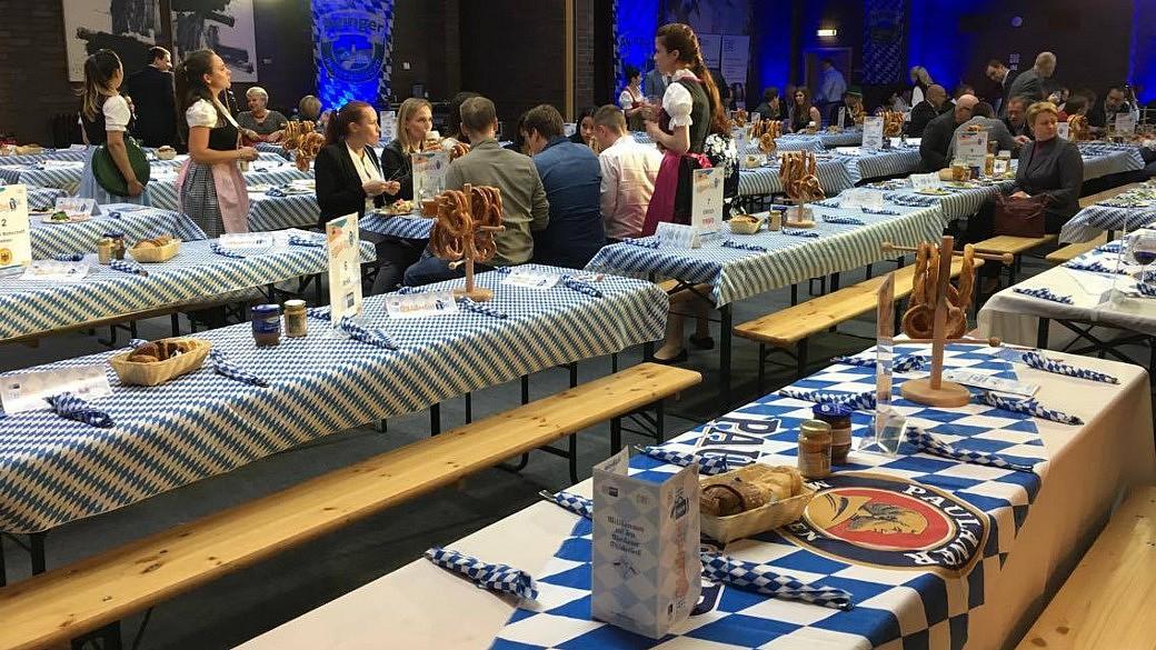 Veranstaltungssaal bayerisch geschmückt