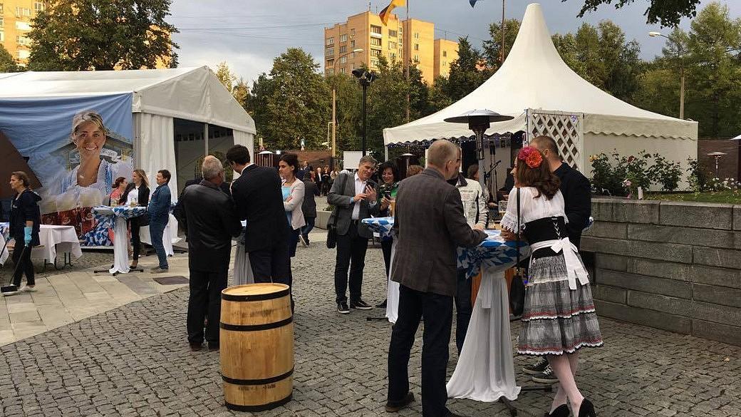 Innenhof der Deutschen Botschaft in Moskau mit Festzelt