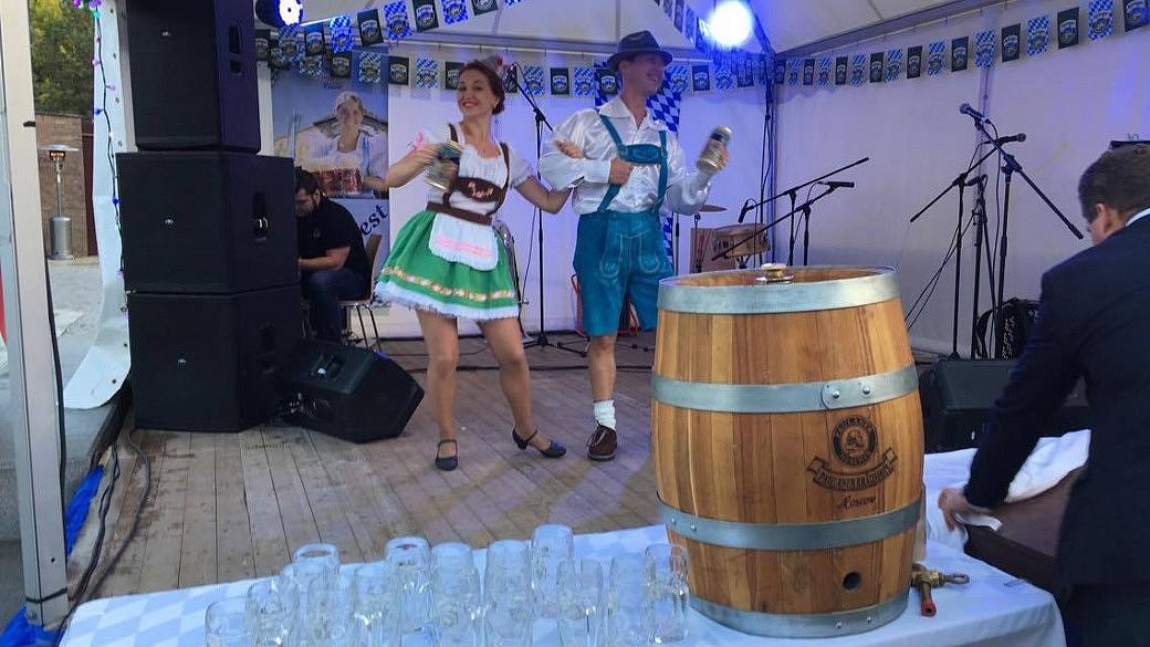 Tanzendes Paar in bayerischer Tracht