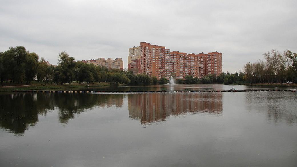 """Blick über den Teich """"Weiße Datscha"""" in Kotelniki."""