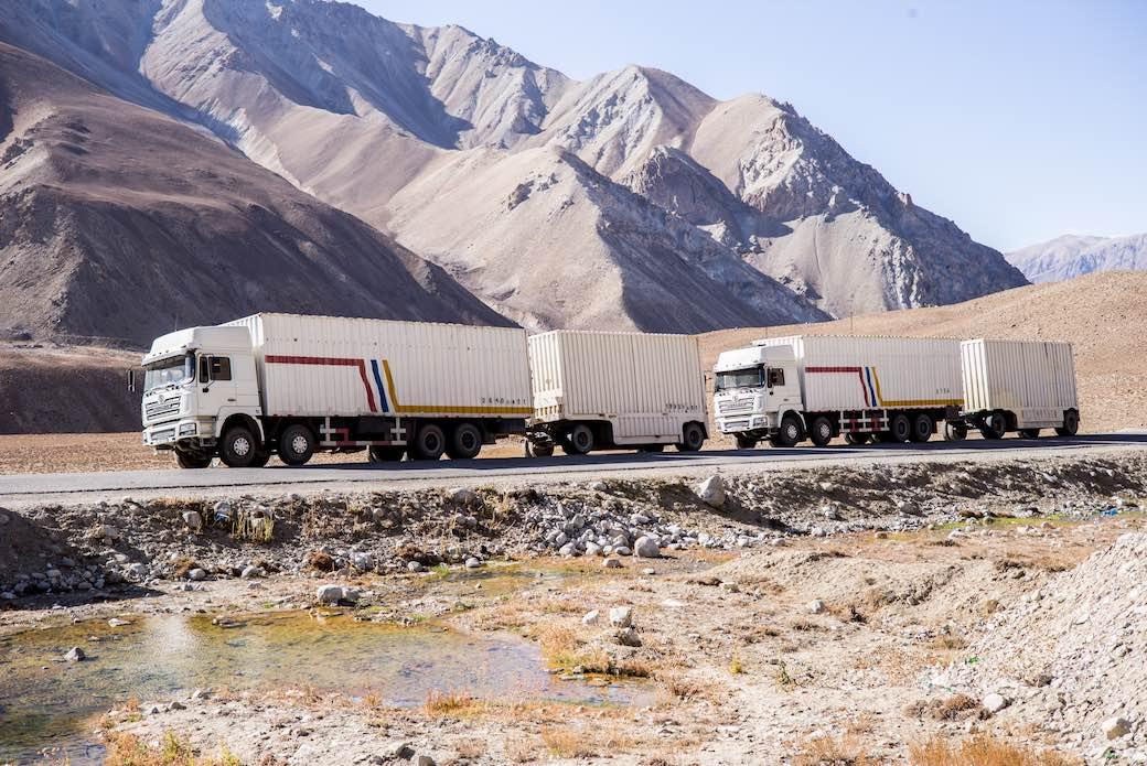 Lkw auf dem Weg zum Dorf Murghob in Tadschikistan.